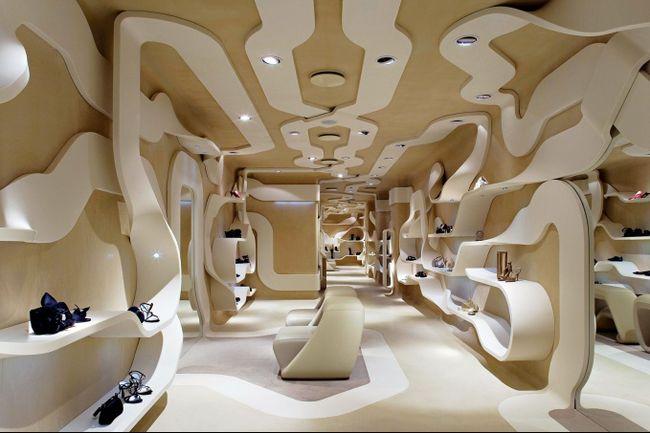 Точечные светильники в авангардном интерьере магазина