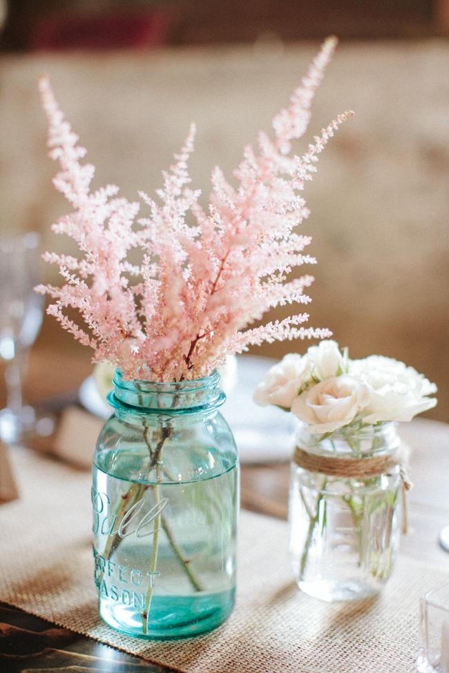 Астильба популярна как засушенный цветок для декора помещений, но живые цветы со стильными аксессуарами смотрятся еще более необычно