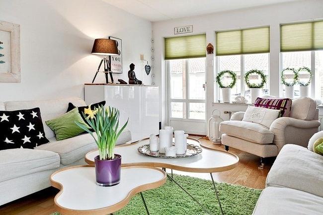 Немногочисленные акценты в скандинавском интерьере: ролеты на окнах и коврик фисташкового цвета