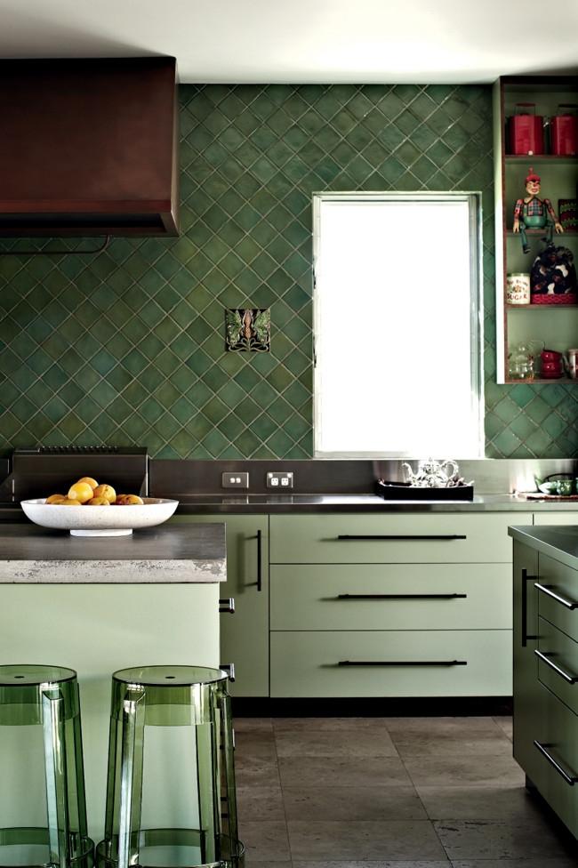 Уникальное и очень удачное сочетание в оформлении кухни: фисташковый и изумрудно-зеленая плитка, фактура которой подчеркнута прозрачной мебелью
