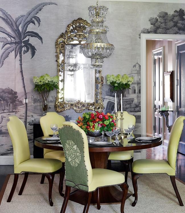 Мебель фисташкового цвета в столовой, украшенной крупным растительными с.жетами на стенах
