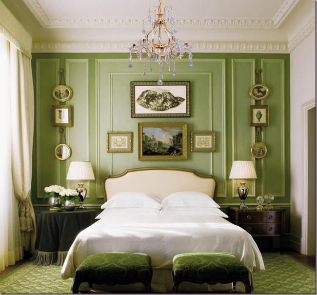 Фисташковый можно сочетать с несколькими оттенками зеленого в одном помещении сразу. Это роскошное сочетание может выгодно подчеркнуть позолота.