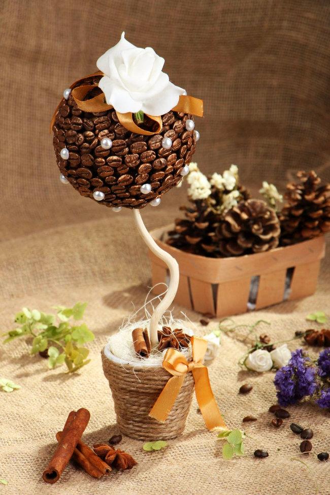 Зерна на кроне готового кофейного топиария можно вскрывать декоративными покрытиями: золотистой краской из пульверизатора, лаком и так далее