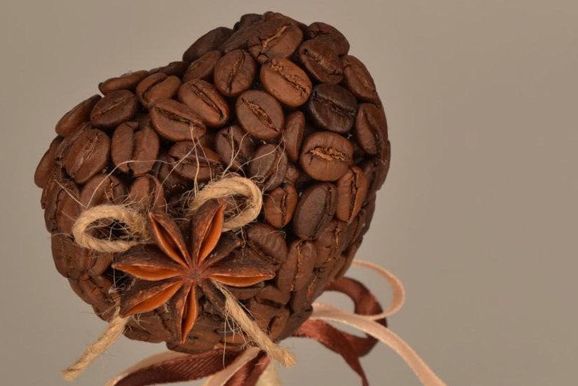 Аккуратную симметричную заготовку для кроны кофейного топиария в форме сердечка можно сделать из картона (это будет основа) и ваты (создаст нужный объем)