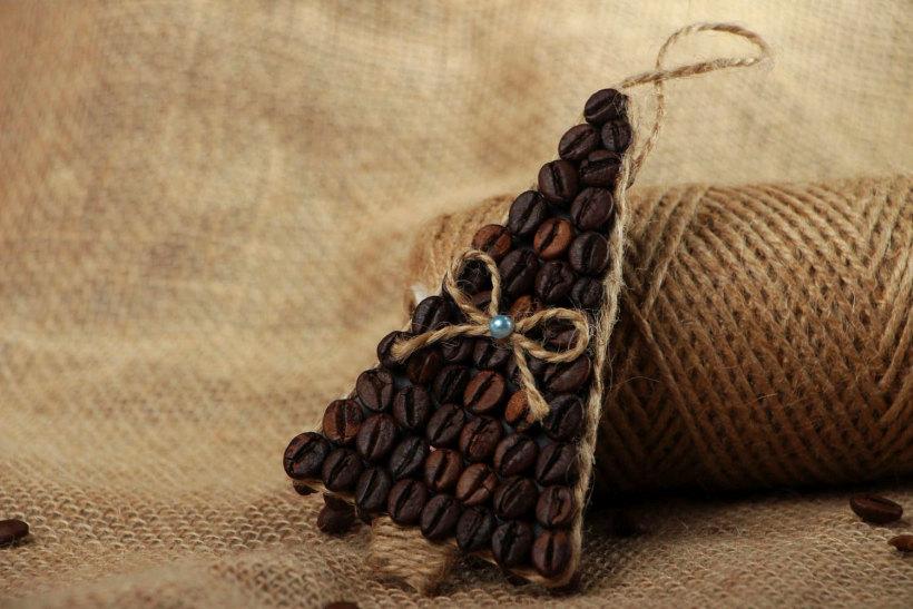 Совсем простая поделка для начинающих: рождественская интерьерная подвеска из кофейных зерен, наклеенных на основу в один слой
