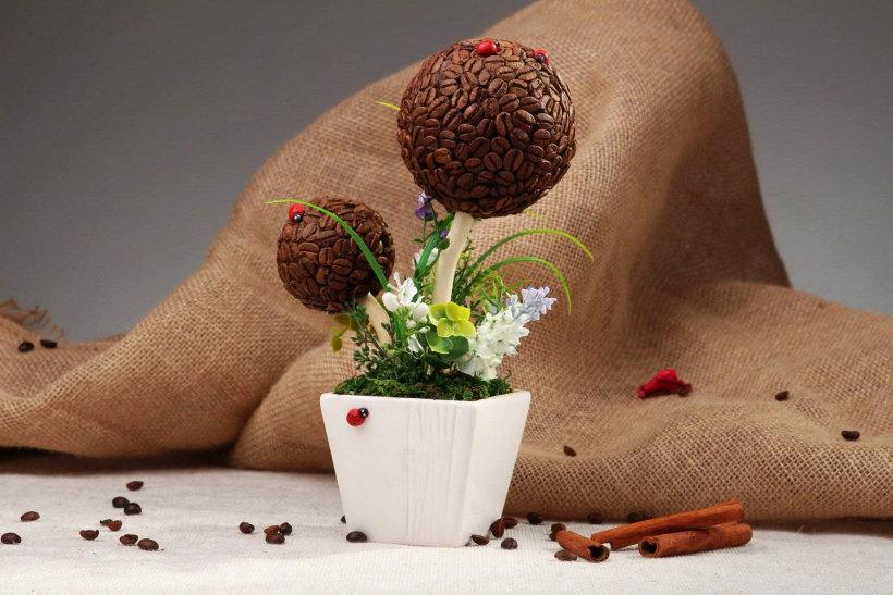 Для украшения готового кофейного топиария, кроме лент, бусин, сухоцветов и подобного, можно также использовать разные миниатюрные фигурки для террариумов