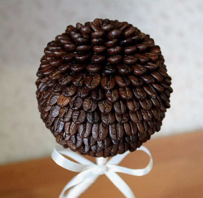 """Обычно зерна кофе на топиарий приклеивают плашмя, но можно также располагать каждое зерно """"чешуйкой"""""""