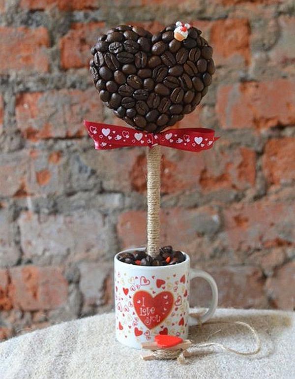 К теме кофе в домашнем декоре подойдут практически любые предметы, связанные с кофе- и чаепитием: чашки, фигурки с мороженым, ягодками, цитрусовыми и т.д.
