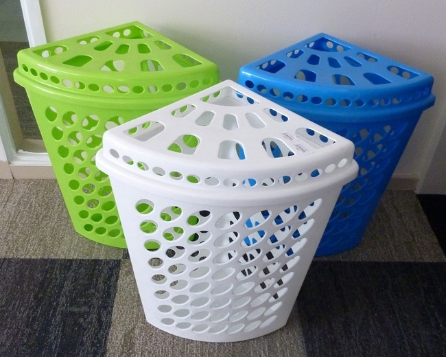 Самая простая пластиковая корзина для белья: угловой вариант