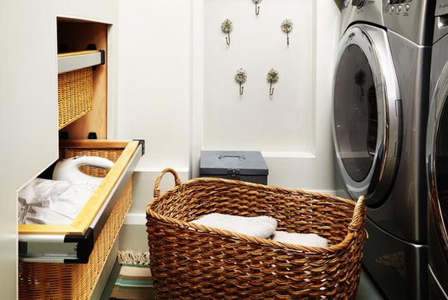 Традиционная плетеная корзина выглядит нейтрально и подходит к любому интерьеру ванной