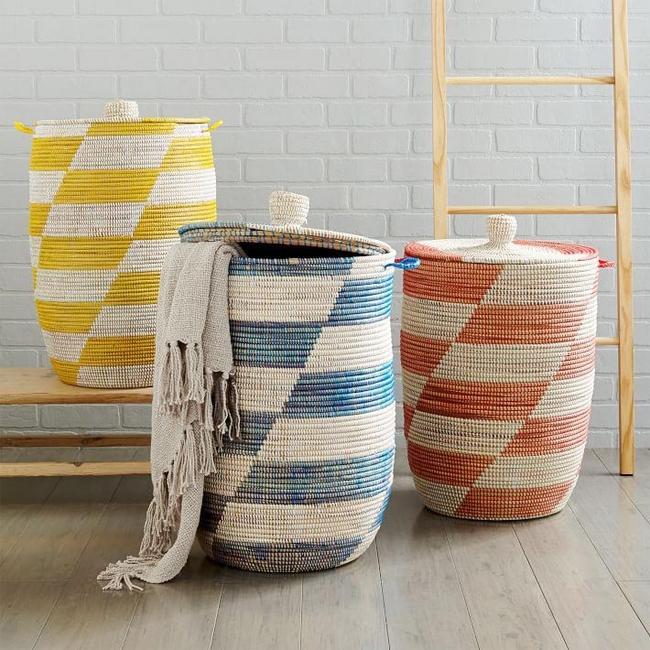 Набор ярких, с геометричным рисунком, высоких плетеных корзин для белья