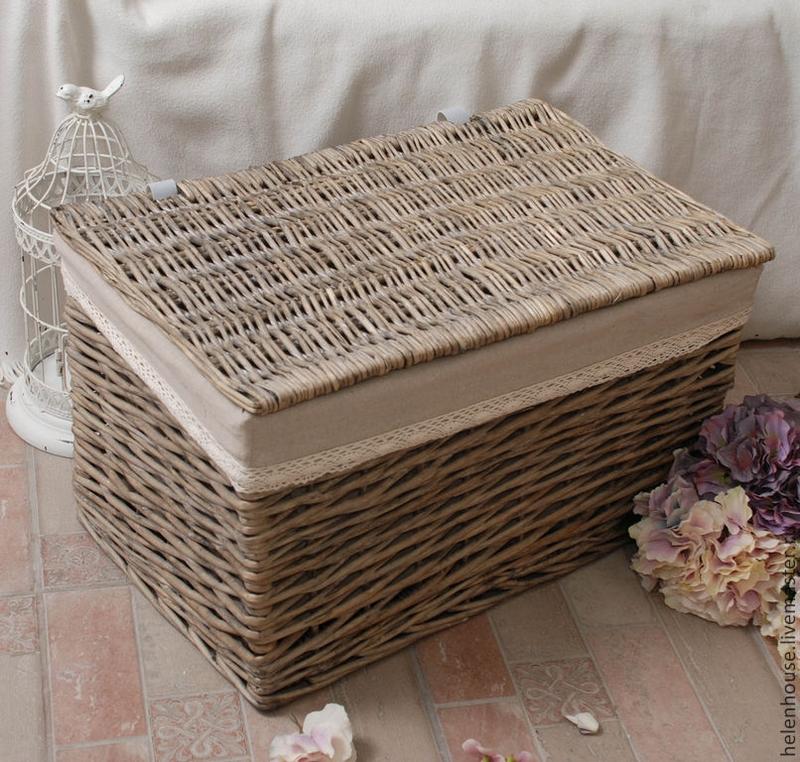 Плетеная прямоугольная корзинка для белья с крышкой с полосой из ткани будет отлично смотреться рядом с другими аксессуарами в стиле шебби-шик