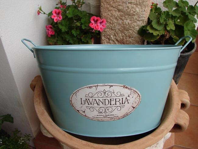 Крашеная металлическая корзинка-таз для белья может послужить отличным украшением ванной комнаты в стиле бохо, шебби шик, прованс