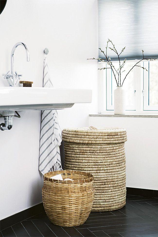Плетеные из натуральных материалов: бамбука, лозы или водорослей, корзины для белья - вполне могут украсить интерьер большинства ванных комнат