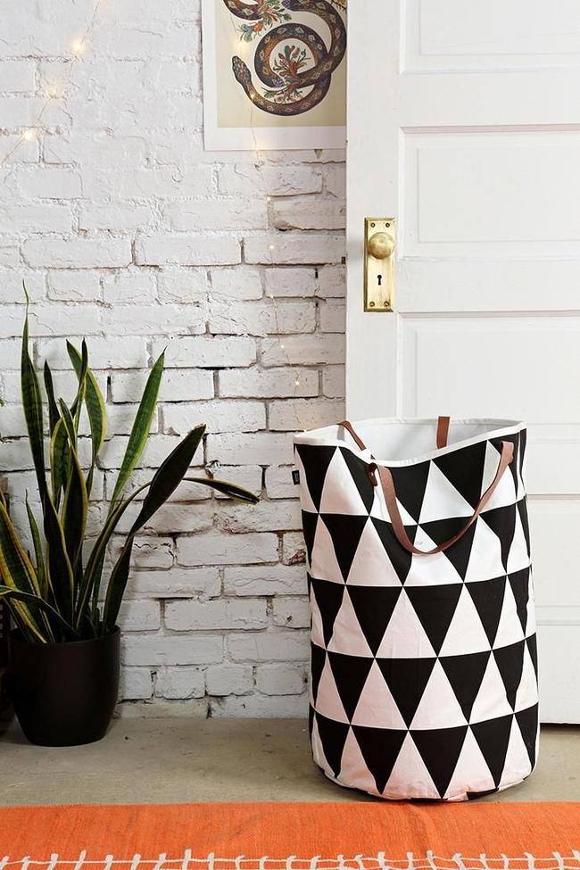 Вместительная матерчатая корзина для белья с геометричным рисунком