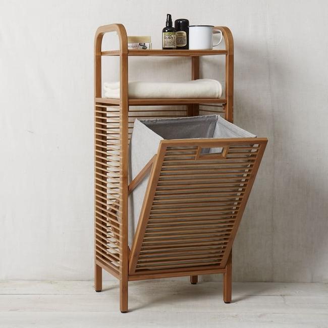 Корзина, которая состоит из декоративного деревянного короба и матерчатого съемного мешка для белья, имеет еще и удобные полочки для полотенец