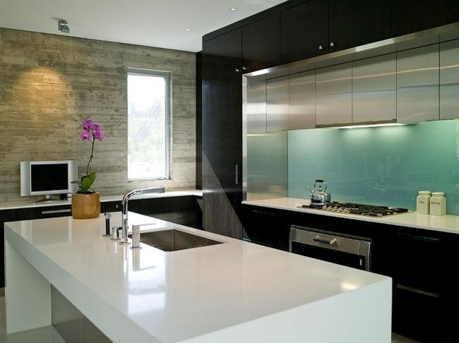 Единственный яркий акцент в кухне хай-тек: стеклянный фартук мятного цвета