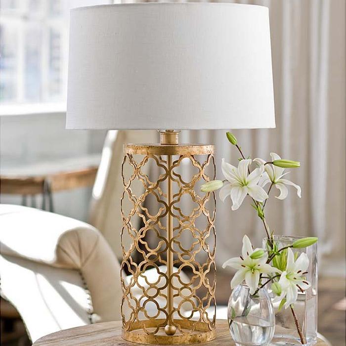 Изысканный золотистый настольный светильник с белым абажуром: воздушность и изящество