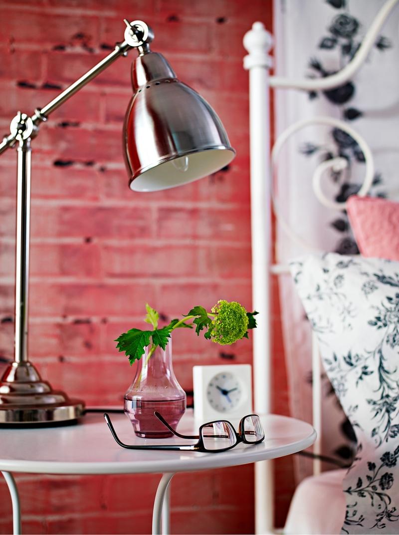 Переносная настольная лампа классического дизайна универсальна и может использоваться как прикроватная, время от времени или постоянно