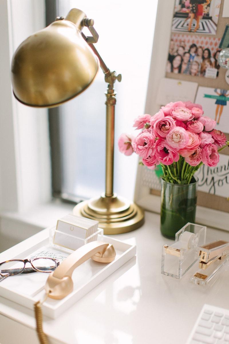 Винтажная металлическая настольная лампа придаст романтичный оттенок обстановке рабочего уголка