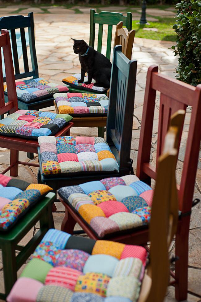 """Чехлы на сиденья, сшитые своими руками в стиле """"пэчворк"""" совершенно меняют вид набора стульев"""