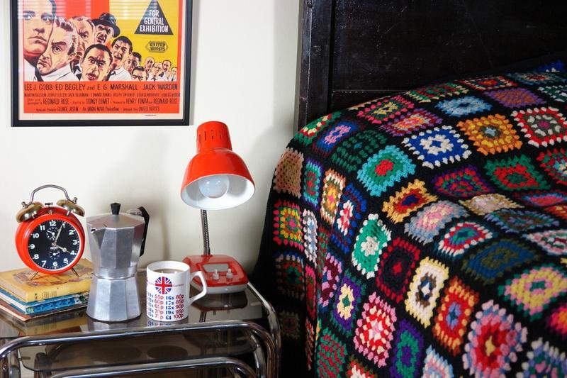 Вязаный пэчворк - отличное украшение дома для тех, кто ценит винтажные аксессуары и неожиданные сочетания
