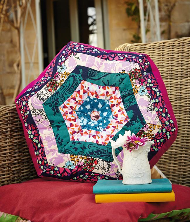 """Летнее настроение: плетеные кресла и декоративные подушки, сшитые в технике """"пэчворк"""", на веранде или патио"""