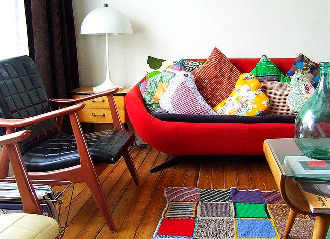 Разноцветная геометрия вязаного пэчворка - подходящее украшение для интерьера в стиле 70-х