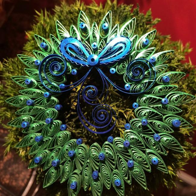 Непременный во всех домах рождественский декор станет уникальным, если вы сделаете его в технике квиллинг