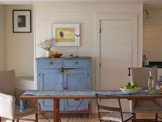 Панелями могут быть выложены не только стены кухни, но и двери, а так же другие вертикальные поверхности