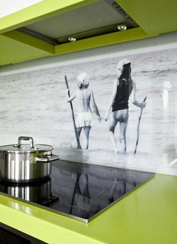 Стеклянная панель с принтом на кухонном фартуке