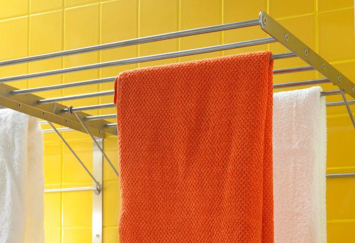 Стационарная металлическая настенная сушилка для белья. Возможны варианты и с подогревом: максимальная температура нагрева около 55ºC, что более чем достаточно для скоростной сушки