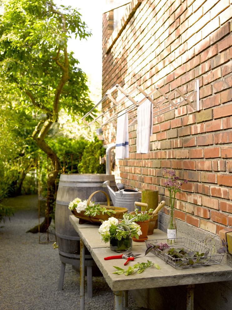 Раздвижная сушилка для белья вполне подойдет для размещения снаружи на стене частного дома
