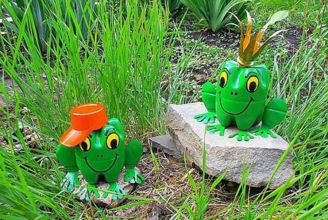 Быстрая поделка для садового или газонного декора: лягушки из пэт-тары