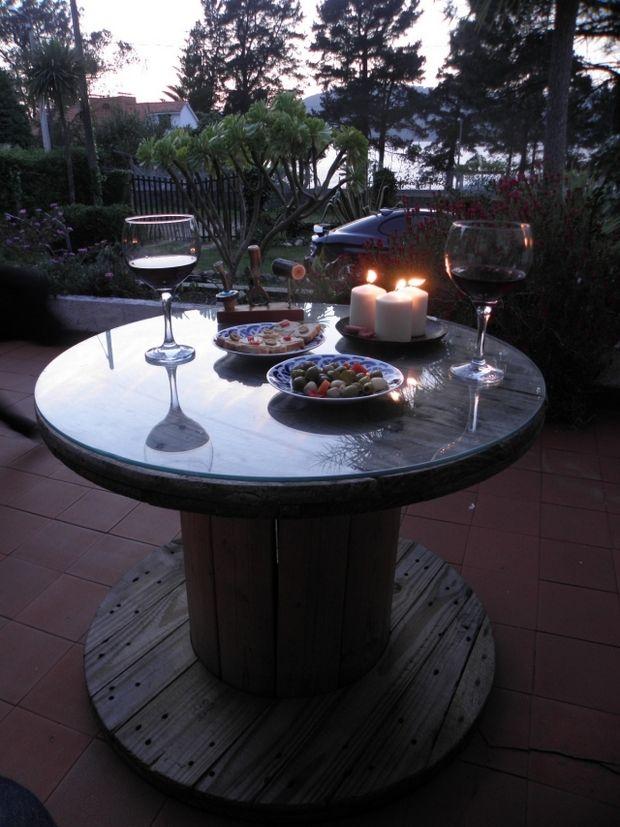 Столик для романтического ужина из катушки