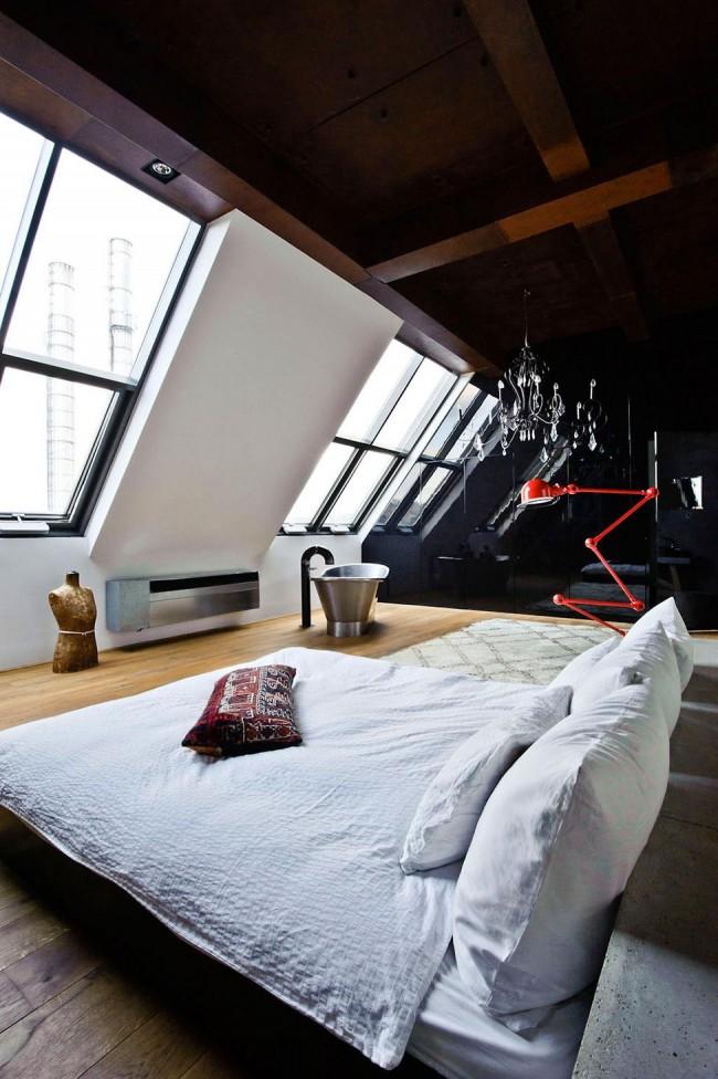Мансардный этаж. Черная глянцевая отделка стены в мансардном помещении способна создать иллюзию большей глубины помещения