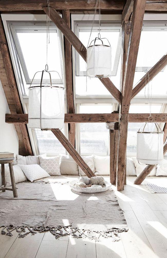 Мансардный этаж. Необычное сочетание технологичности панорамных окон с грубой натуральной внутренней отделкой