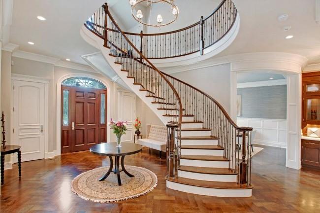 Изысканные балясины на лестнице в классическом интерьере