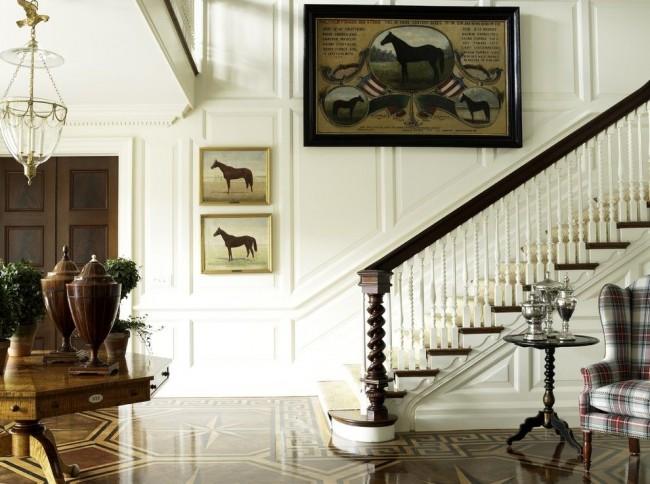 Элегантная лестница с резными деревянными балясинами