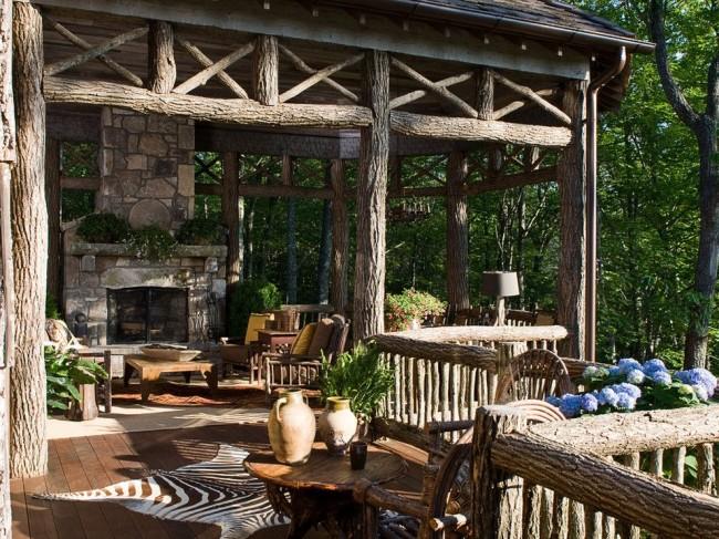Оригинальные ограждения с балясинами из необработанного дерева - очень красиво и натуралистично