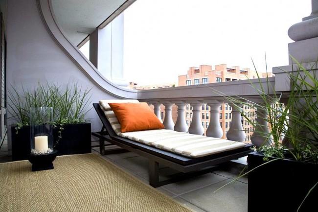 Вычурные гипсовые балясины в ограждении балкона