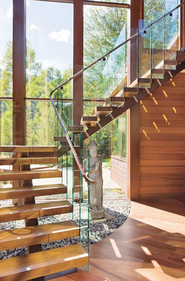 Оригинальные стеклянные балясины в доме, оформленном в стиле модерн