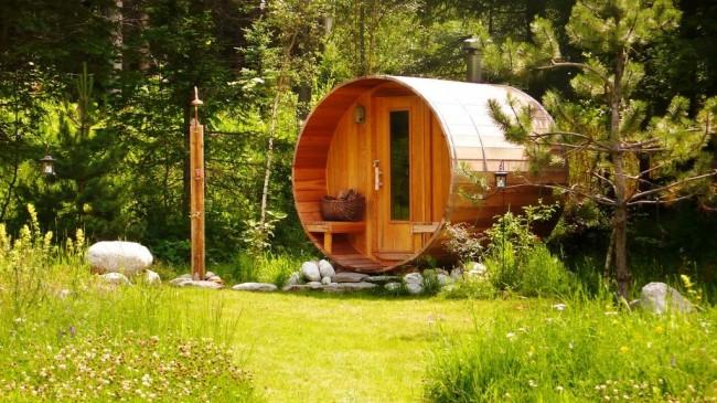 Баня-бочка может стать не только местом отдыха, а и украшением ландшафта