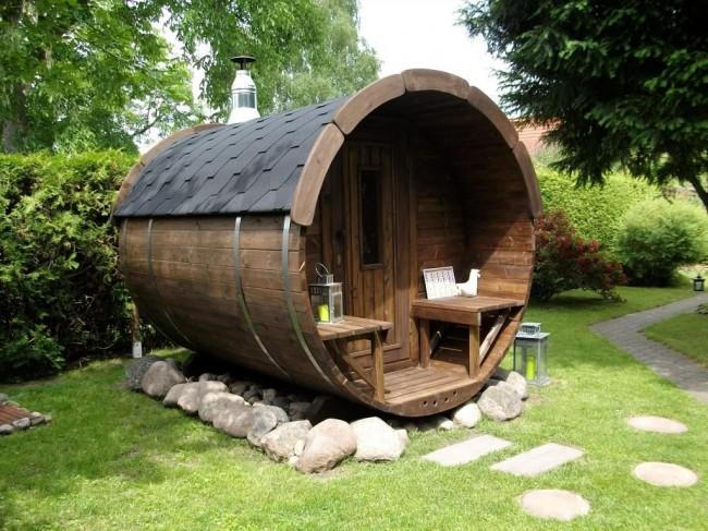 При постройке бани-бочки особое внимание следует уделить выбору древесины