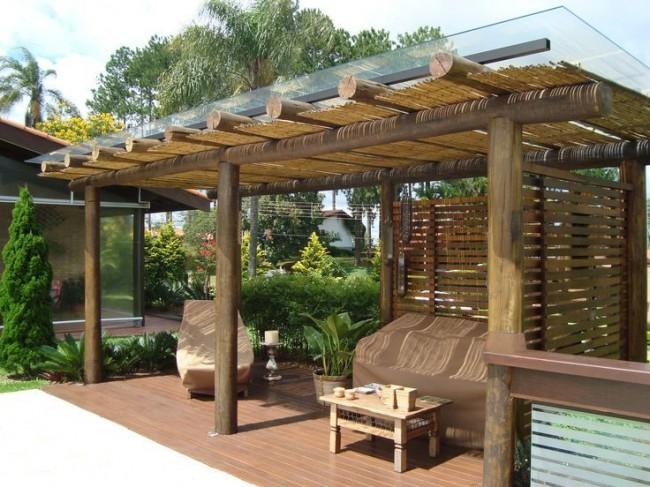 Беседка в гавайском стиле с монолитным поликарбонатом на крыше