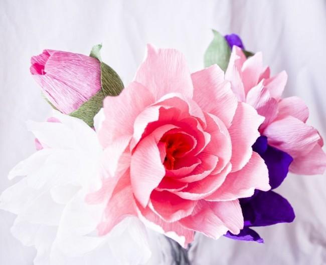 Красочный букет из гофрированной бумаги станет отличным украшением интерьера