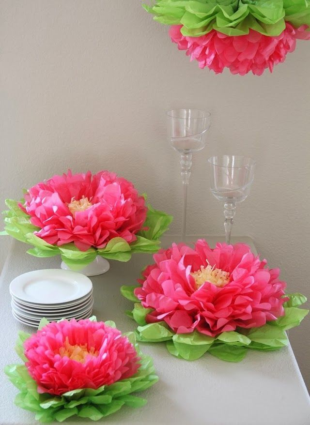 Цветы из гофробумаги станут отличным украшением праздничного стола