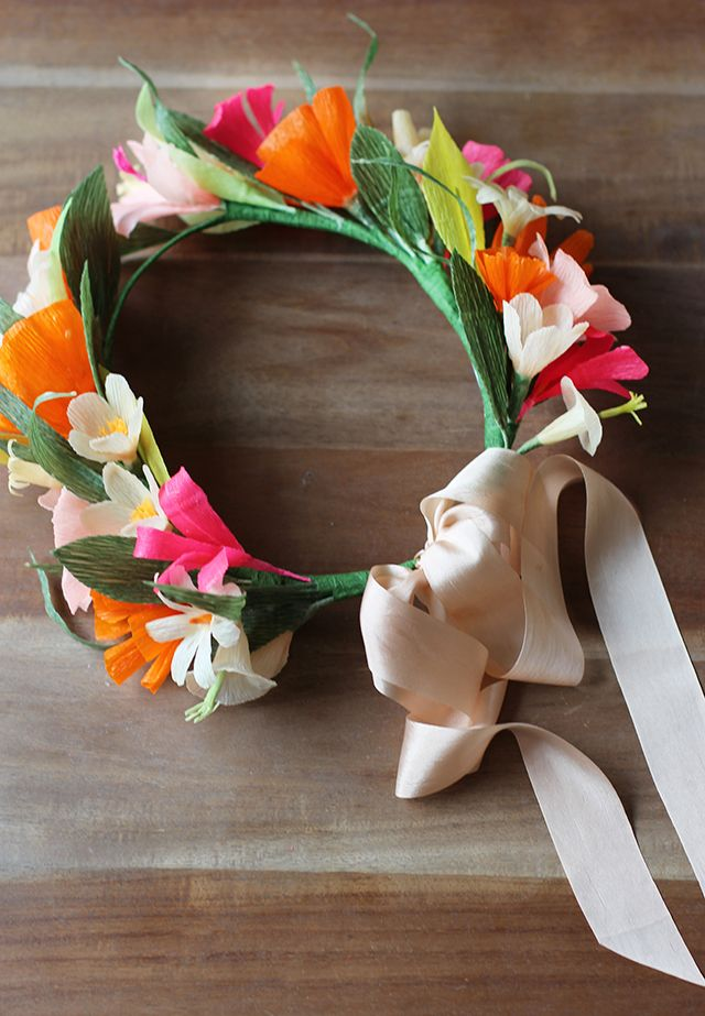 Бумажные цветы в венке