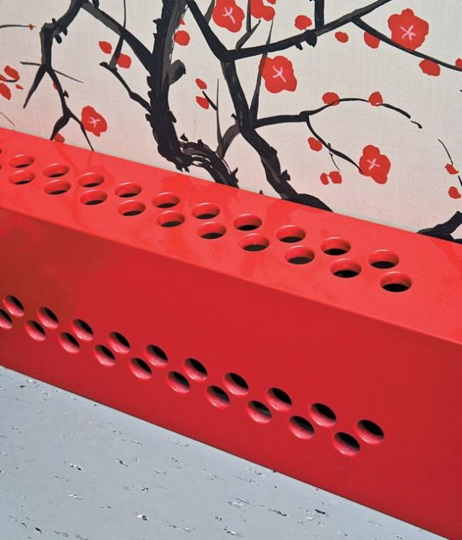Короб для радиатора, который благодаря своему яркому цвету станет акцентом для любого интерьера