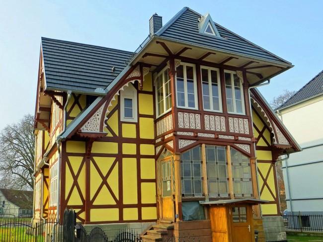 Ручная обработка древесины и совершенство деталей придают дому элегантности